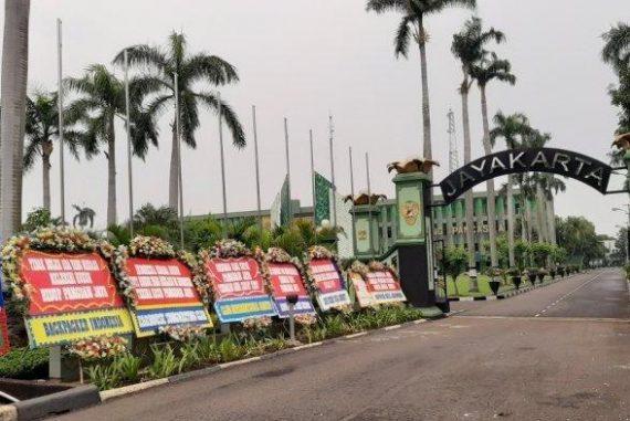 Jakarta Timur, Desa Kasta, Magodham Jaya Sebelum Senin (23/11/2020) Situasi mengenakan karangan bunga.