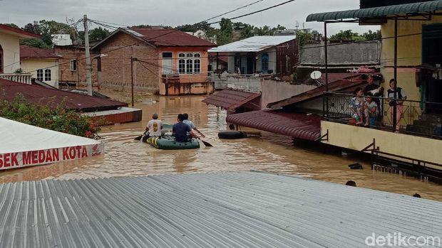 Banyak daerah di Madden Maiden terendam banjir.  Ketinggian banjir di kawasan ini mencapai atap-atap rumah warga.