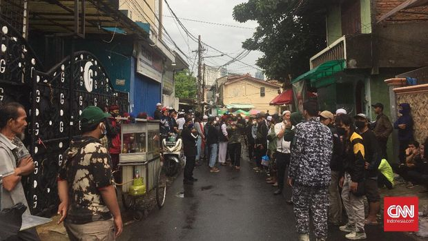 Kawasan di sekitar rumah Rizik Shihab, pimpinan Front Pembela Islam (FBI), dijaga ketat usai penembakan enam simpatisan tewas di tol Jakarta-Sigambek pagi ini.