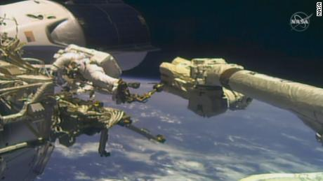 Astronot Mike Hopkins dan Victor Clover Jr ..  Mereka telah melakukan perjalanan luar angkasa bersama sejak Rabu, 27 Januari.