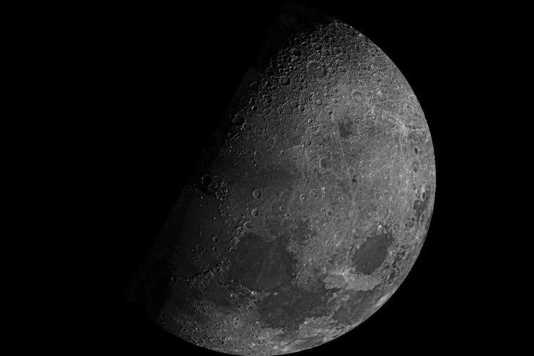 Penampakan permukaan bulan diambil dari NASA Mariner 10 pada tahun 1973.