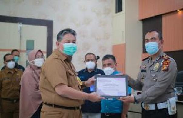 Kassad kemudian menerima sertifikat penghargaan / Bahrain untuk Polisi Inhill