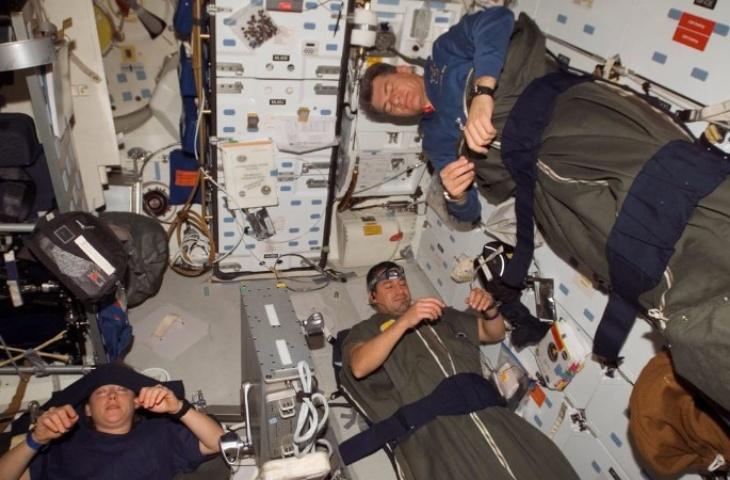Mantan astronot NASA ini menceritakan pengalaman tidurnya di luar angkasa