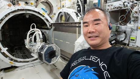 Sochi Nokuchi difoto setelah memasang kamera realitas virtual 3D di stasiun luar angkasa.