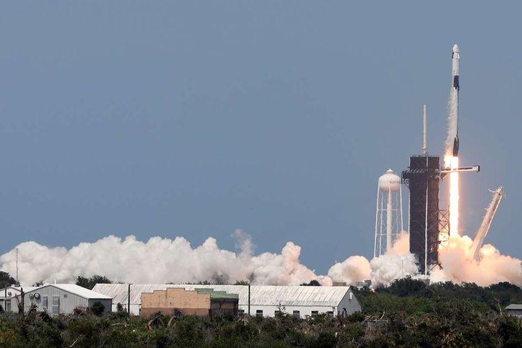 Roket SpaceX Falcon 9 yang membawa kapsul SpaceX Crew Dragon bersama astronot Bob Behanken dan Doug Hurley akan lepas landas dari Kennedy Space Center di Florida, AS pada Jumat (30/5/2020) atau Sabtu (31/5/2020) waktu Indonesia. .  NASA hari ini meluncurkan dua astronotnya ke Stasiun Luar Angkasa Internasional (ISS), meluncurkan astronot pertama ke orbit dan pesawat ruang angkasa berawak pertama NASA dari Amerika Serikat dalam 9 tahun.
