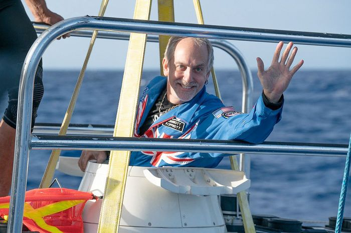 Richard Cariott sebagai faktor pembatas memasuki kapal selam.