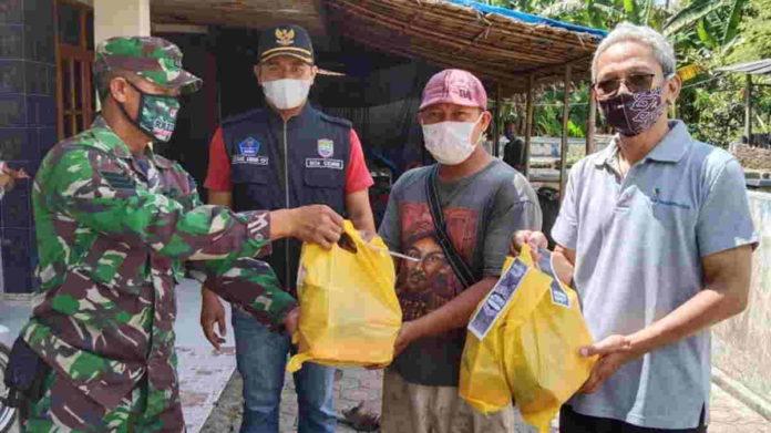 Musbika Pancharchari Siamis mendistribusikan bantuan sembako untuk ODGJ