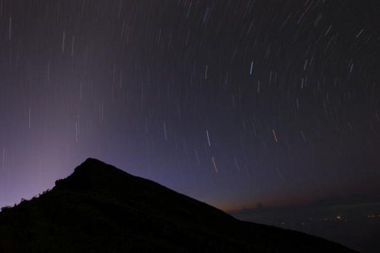 Pada Senin (23/3/2015) gugusan bintang terlihat di depan Bibir Kaldera Gunung Nusra Tenkara, Dombu, Gunung Tambora.  Kaldera berdiameter 7 kilometer, terbentuk pada tahun 1815 sebagai akibat dari letusan besar.