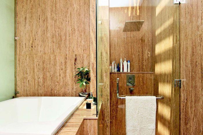 Skylight di kamar mandi menghadirkan lampu kejar-kejaran yang lembab.