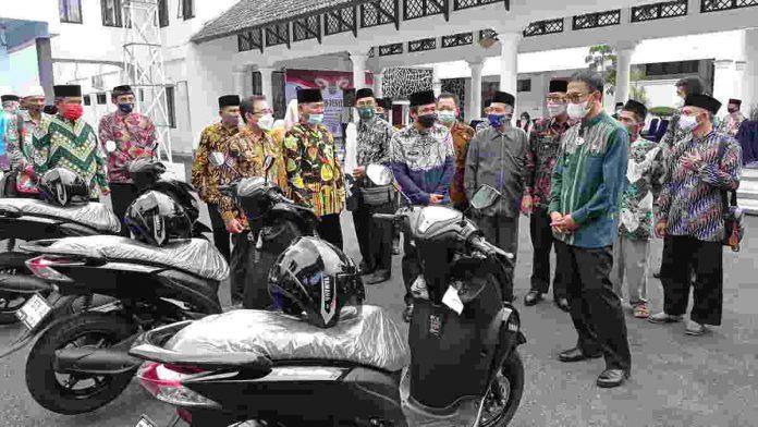 Pemerintah Kabupaten Siamese memberikan subsidi sepeda motor kepada pimpinan MUI tingkat desa