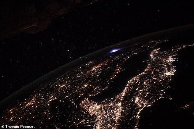 Astronot di ISS menerima sambaran petir
