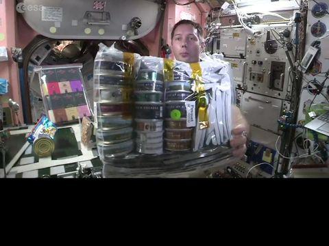 Astronot ini menikmati makan makanan koki Prancis di luar angkasa
