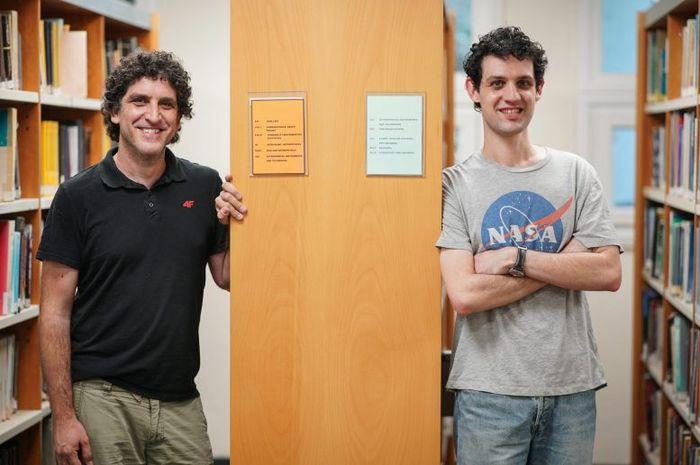 Profesor Hagai Baret dan Jonathan Barry Jinad.  Masalah tiga benda adalah salah satu misteri fisika tertua.  Ini tentang pergerakan sistem tiga benda seperti matahari, bumi dan bulan.